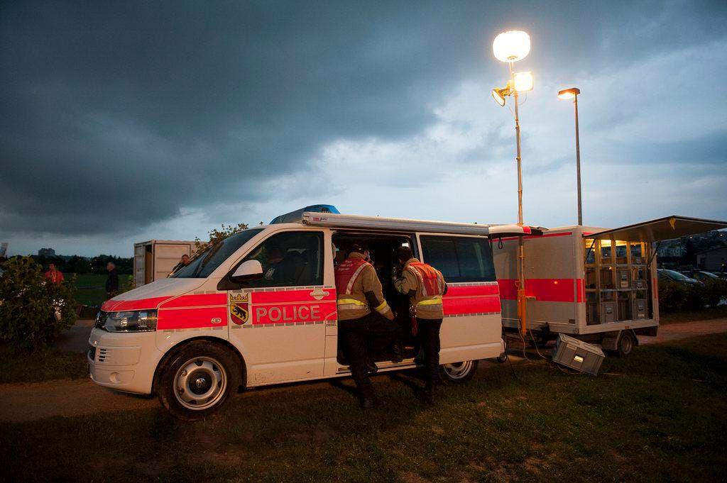 Gespenstische Stimmung nach dem Sturm: ein Einsatzfahrzeug in Ipsach, einem Standort des Turnfestes. (Bild: Keystone)