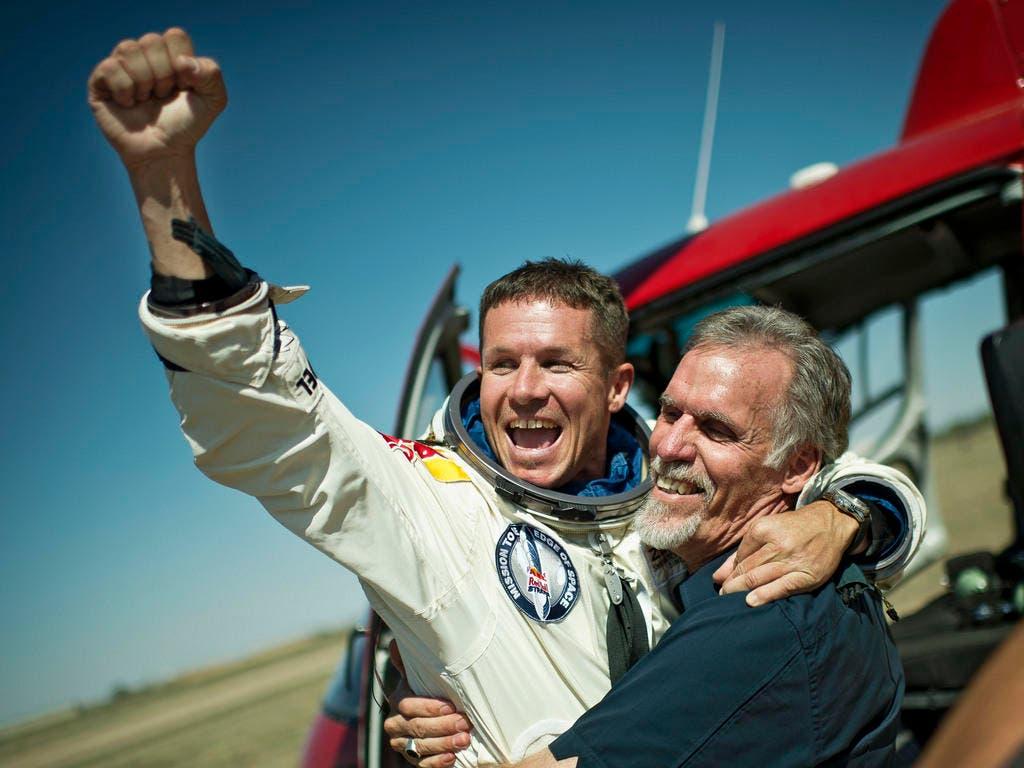 Felix Baumgartner feiert zusammen mit dem technischen Direktor Art Thompson seinen Rekordsprung. (Bild: Keystone)
