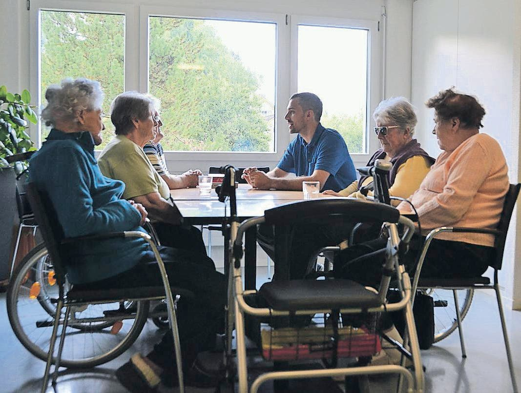 Raffael Burtscher macht mit Bewohnerinnen des «Solino» ein Rätselspiel. Für die Übung «Pandemie» wurde er dem Bereich Aktivierung zugeteilt.