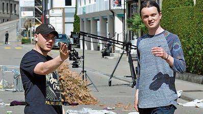 Produzent Noa Röthlisberger bespricht sich vor dem Dreh mit seinem Regisseur Valentin Burell. (Bild: Mario Testa)