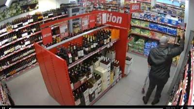 Ladendieb steckt sich im Bazenheider Denner 18 Flaschen in die Hose