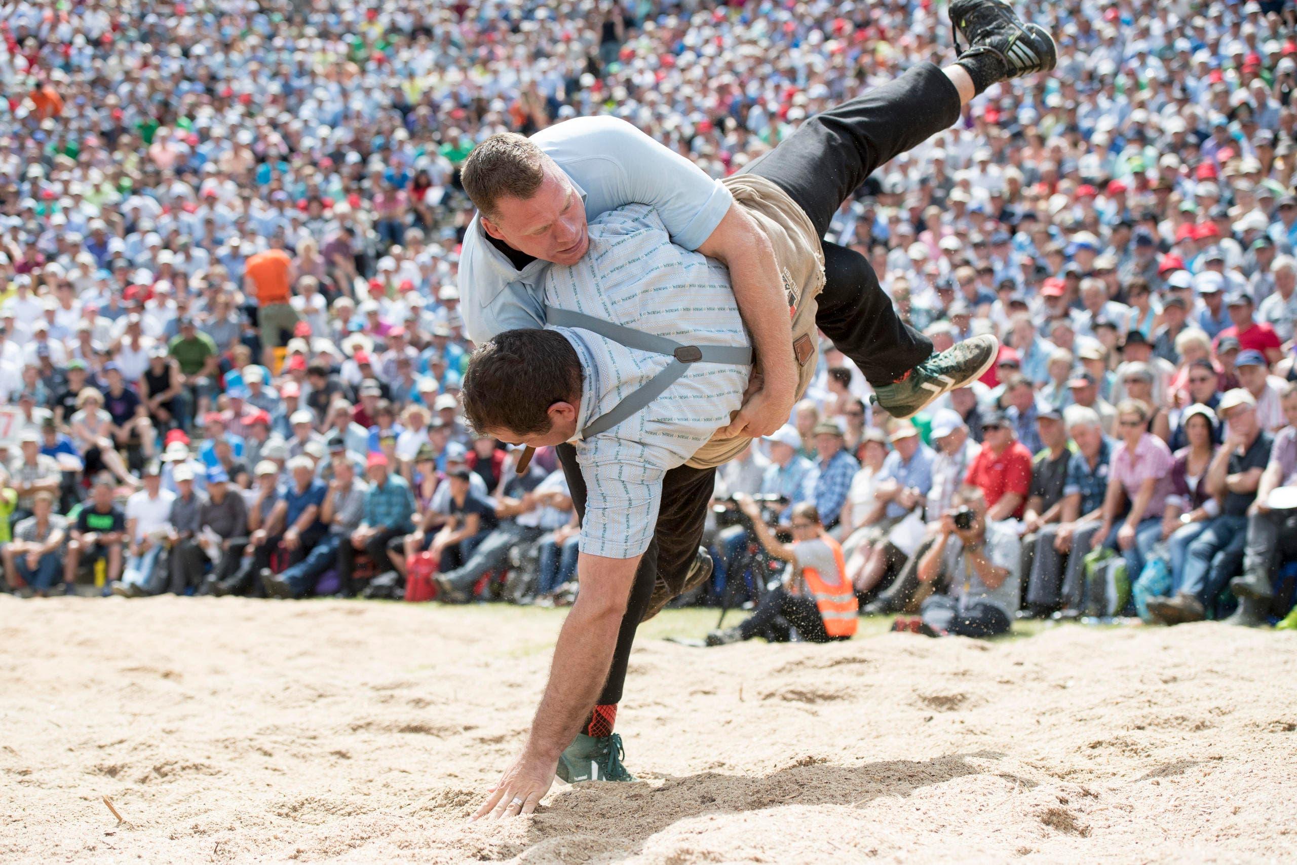 Matthias Sempach, oben, und Peter Imfeld, im 5. Gang. (Bild: KEYSTONE/Urs Flueeler)