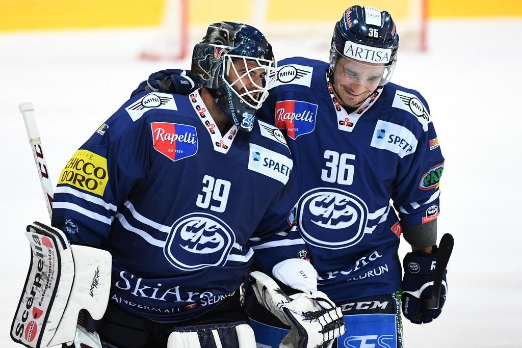 Am Ende jubeln Ambri-Torhüter Sandro Zurkirchen (links) und Matt D'Agostini nach dem gewonnenen Penaltyschiessen. (Bild: Keystone / Gabriele Putzu)