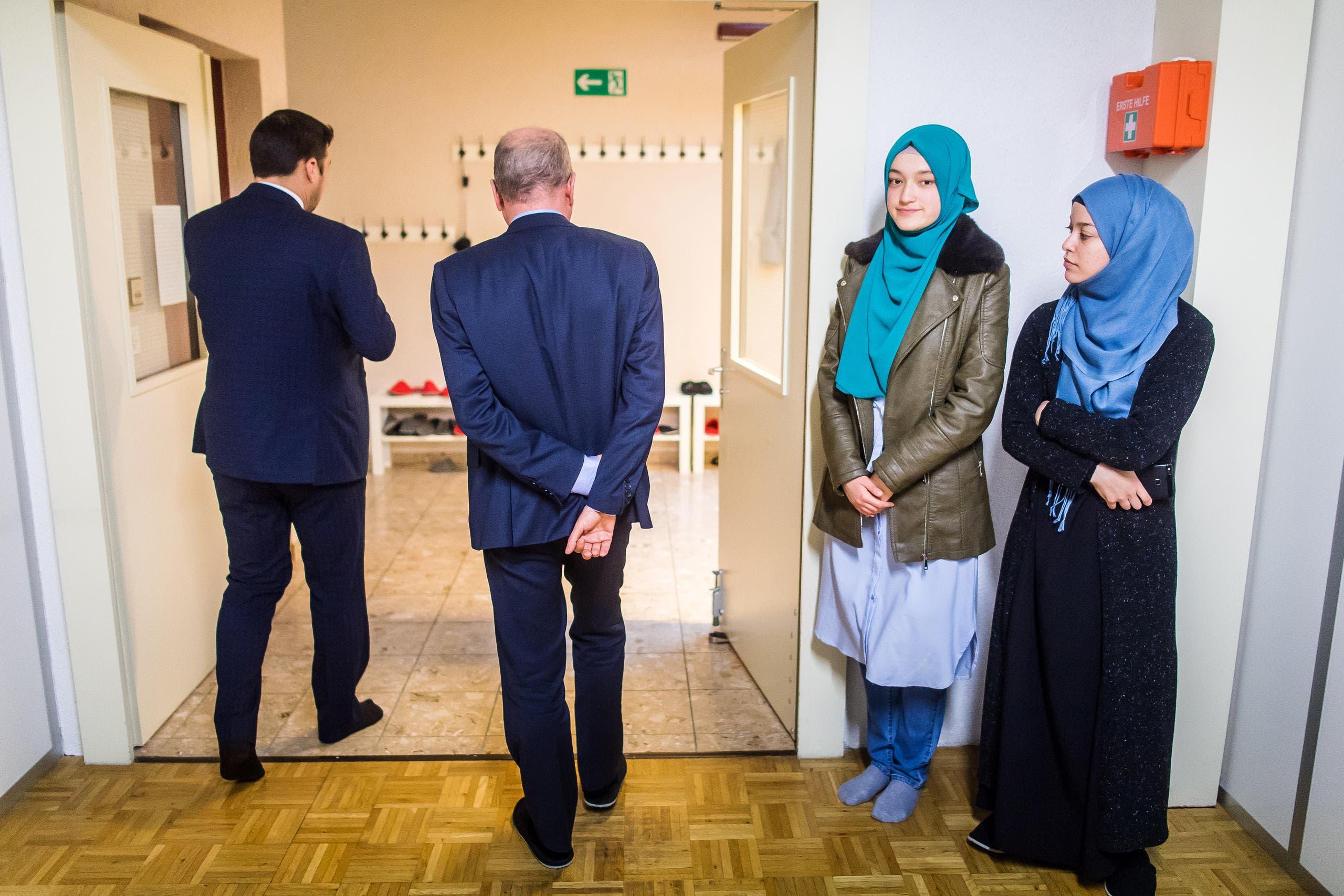 Muslime im Alltag - Rundgang durch die Moschee in Oberuzwil mit RR FŠssler (Bild: Michel Canonica)