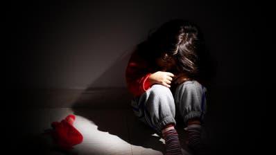 Mehrjährige Haftstrafen für St.Galler Mutter und Liebhaber, die vierjähriges Kind missbrauchten