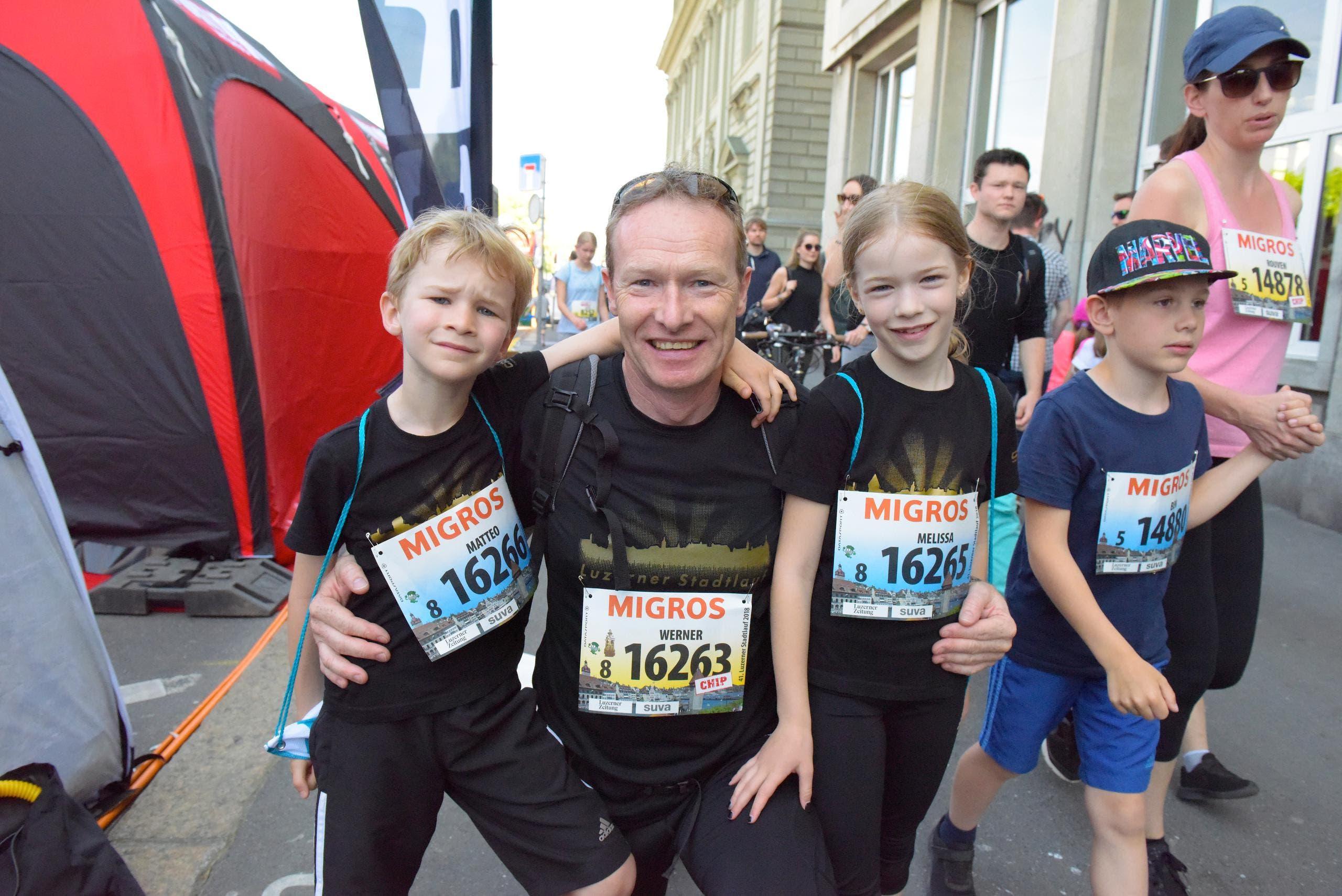 Werner Rohrer (Mitte) mit Matteo (links) und Melissa, Büren, Startnummer 16 263, zum 41. Stadtlauf: «Unser Dädi muss schnell laufen, wenn er mit uns zusammen ins Ziel einlaufen will.» (Bild: LZ)