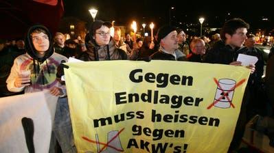 Demonstration vor der Turnhalle Turmattin Stans gegen Atomendlager-Pläne in Nidwalden.(Archivbild: Philipp Schmidli, 3. Oktober 2008)