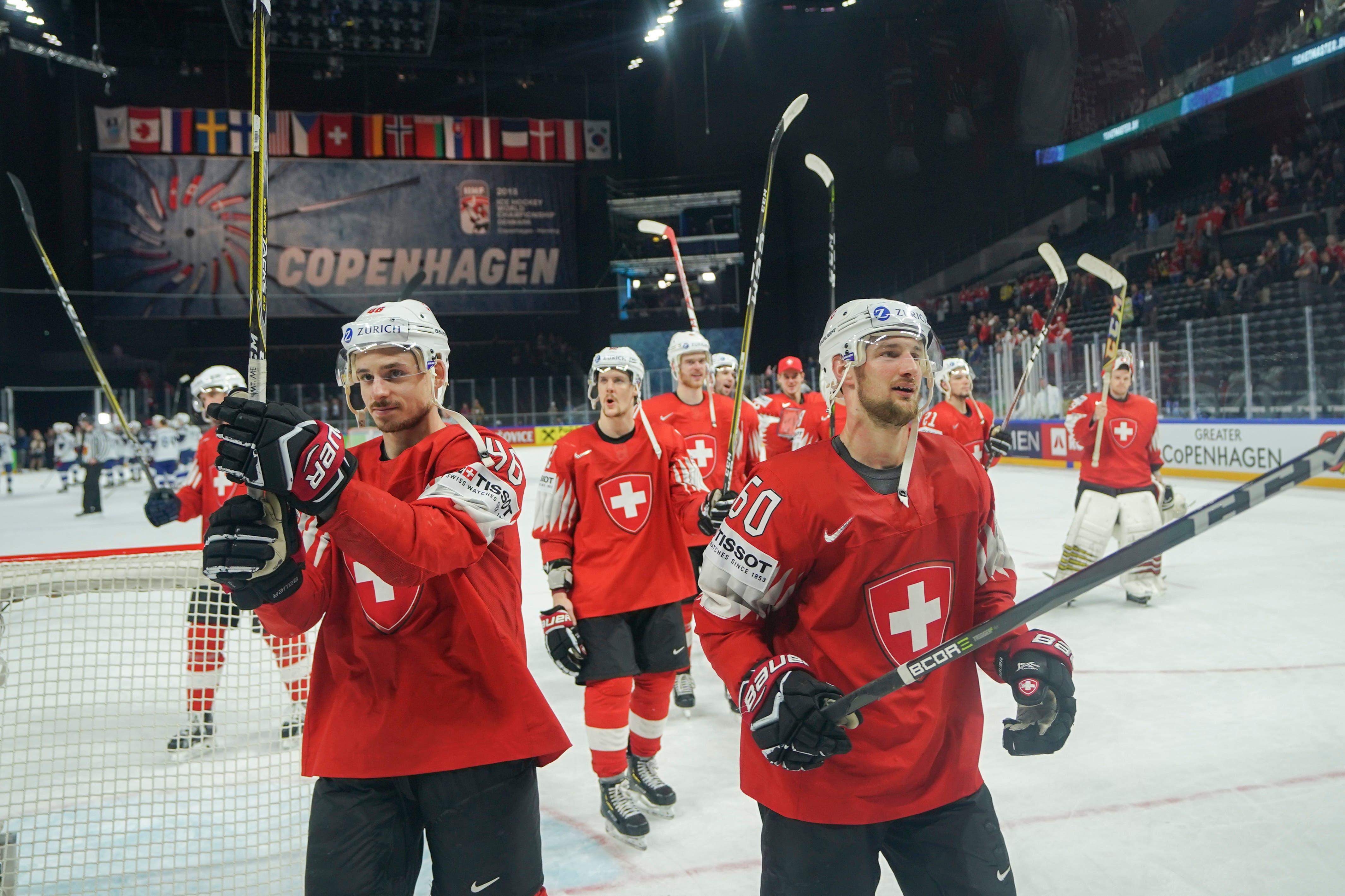 Noah Rod, Gaetan Haas und Tristan Scherwey (von links) bedanken sich bei den Schweizer Fans für die Unterstützung. | Bild: Andy Müller / Freshfocus