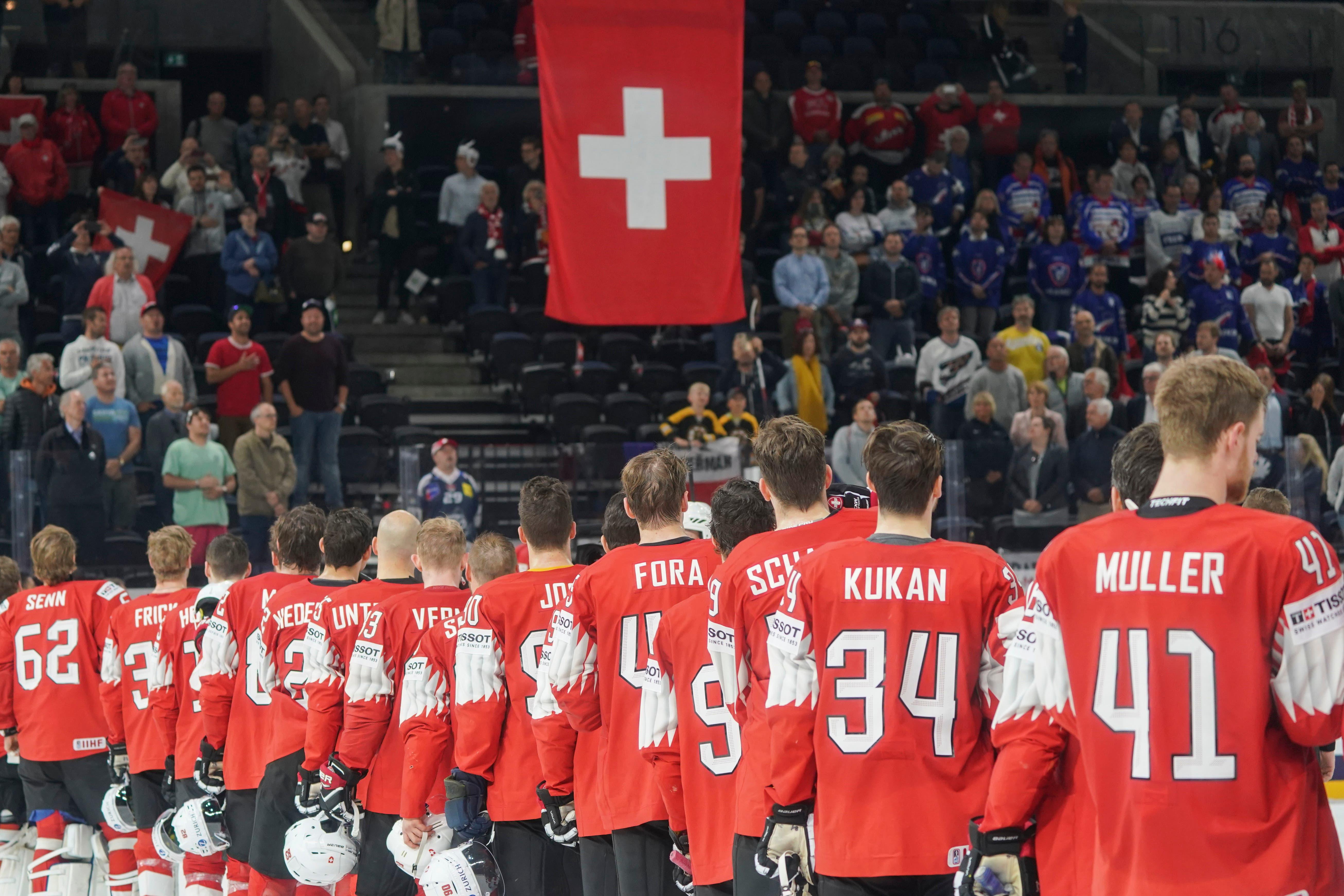 Die Nationalhymne ertönt nach dem Schlusspfiff. | Bild: Andy Müller / Freshfocus