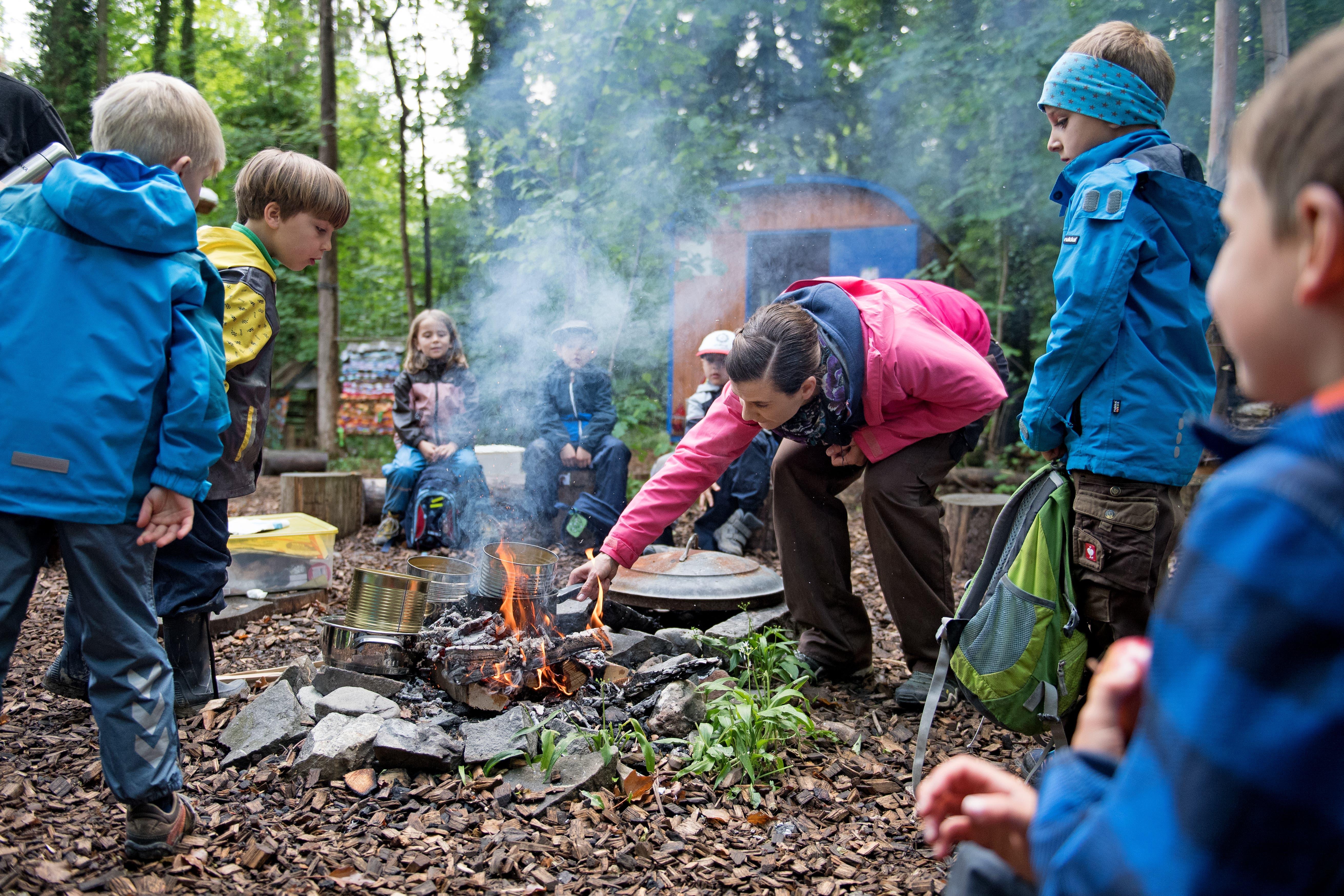 Projektwoche der Schule Alpnach: Herstellen von Waldmedizin auf dem Feuer.