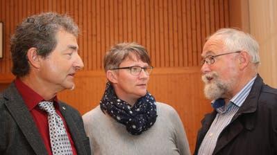 Gemeindepräsident Beat von Wyl (links) mit der neuen Gemeindeweibelin Esther Windlin-Berchtold und ihrem Vorgänger Hanspeter Schnider. (Bild: Marion Wannemacher, Giswil, 15. Mai 2018)