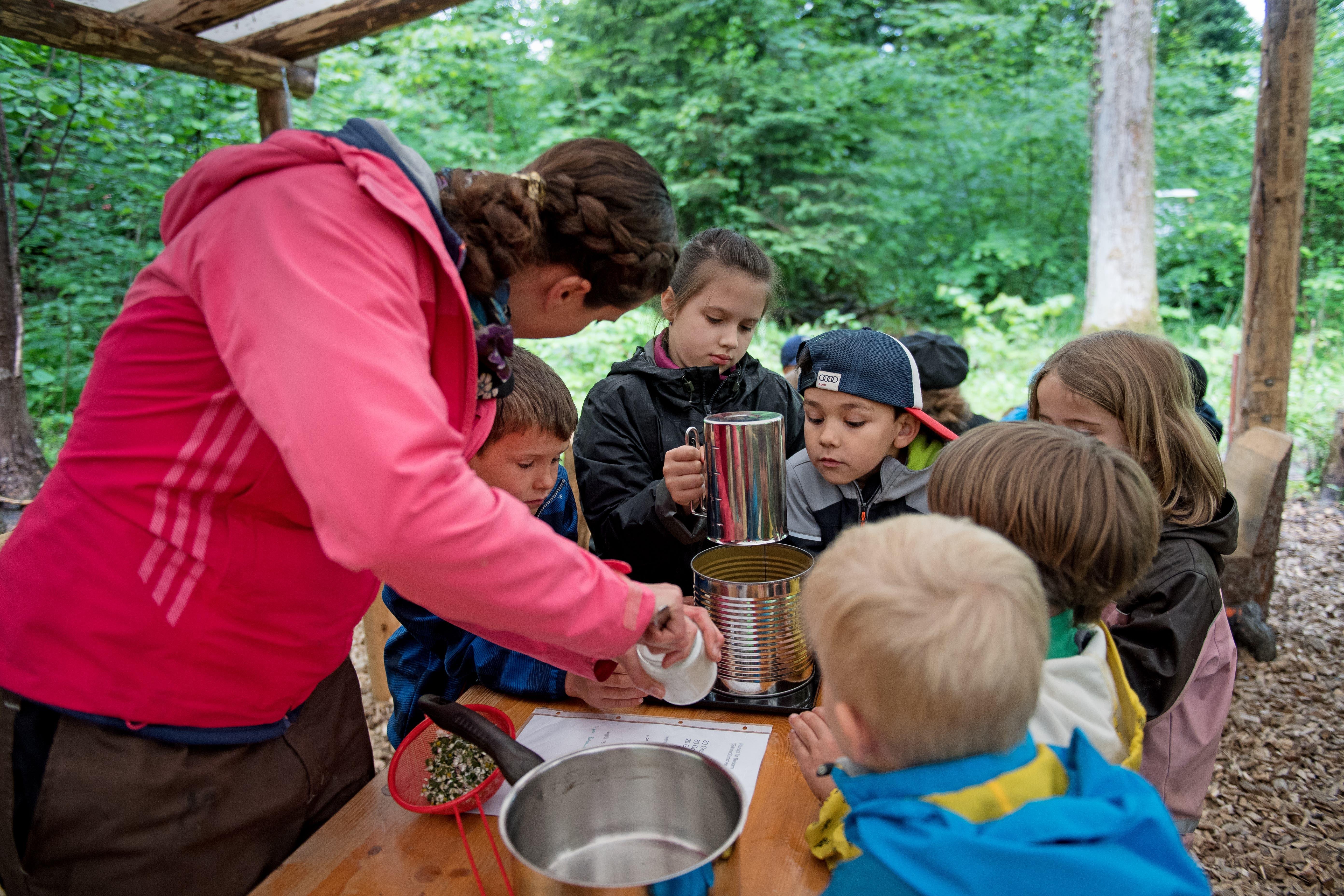 Projektwoche der Schule Alpnach: Herstellen von Waldmedizin auf dem Feuer. (Bilder Corinne Glanzmann, Alpnach, 15. Mai 2018).