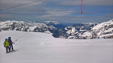 Skifahrer am Sessellift Bonistock. Soll es irgendwann auch Verbindungsbahnen Frutt-Titlis geben? (Bild: Markus von Rotz (Melchsee-Frutt, 2. April 2018))
