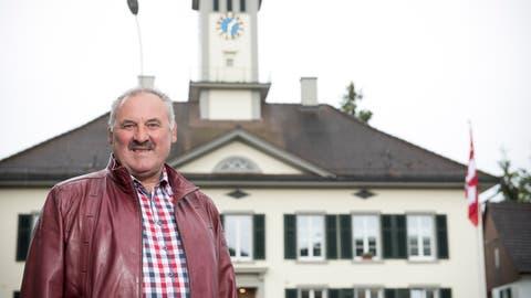 Gemeindepräsident Alois Hersche vor der Gemeindeverwaltung in Thundorf (Bild: Mareycke Frehner)