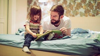 Das Vorlesen einer Geschichte ist ein grossartiges Ereignis für Vater und Kind.    Bild: Getty