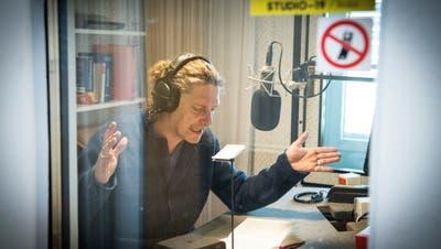 Der Schauspieler Matthias Albold liest in der Blindenbibliothek Landschlacht einen Krimi als Hörbuch ein. Bild: Ralph Ribi