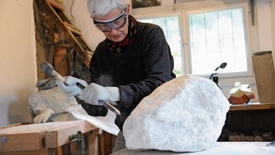Sylvia Wüthrich bei der Arbeit in ihrem Atelier in Erstfeld. (Bild: Urs Hanhart (Erstfeld, 16. Mai 2018)