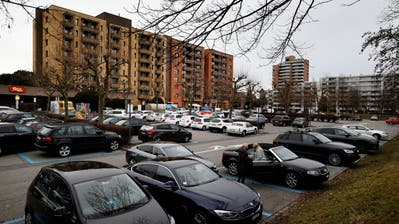 Das Herti Zentrum mit Wohnungen und Gewerbe soll auf den freien Flächen um die bestehenden Gebäude überbaut werden. Bild: Stefan Kaiser