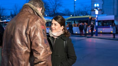 Die Aufsuchende Sozialarbeit setzt den Fokus auf direkten Kontakt – so wie hier auf dem Luzerner Bahnhofplatz. (Bild: PD/Jutta Vogel)