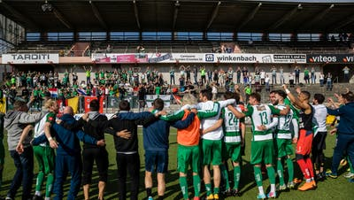 Die Spieler des SC Kriens bejubeln den Aufstieg in die Challenge League im Stade de la Charriere. Bild: Philipp Schmidli (La Chaux-de-Fonds, 19. Mai 2018)