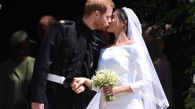 Der erste Kuss nach der Hochzeit. Bild: Neil Hall / EPA (London, 19. Mai 2018)