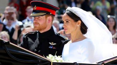 Prinz Harry und seine Frau Megha werden auf einer Kutsche durch die Strasse geführt. | Bild: Gareth Fuller / AP (London, 19. Mai 2018)