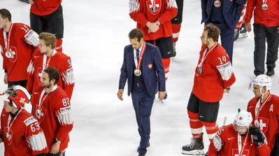 Enttäuschung bei den Schweizer Spielern mit Trainer Patrick Fischer nach dem Spiel. | Bild: Salvatore Di Nolfi / Keystone (Kopenhagen, 20. Mai 2018)