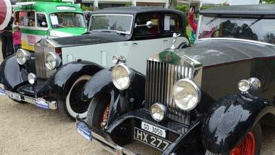 Zwei schöne alte Rolls Royce stehen im Kurpark. Bild: Martin Uebelhart (Engelberg, 20. Mai 2018)