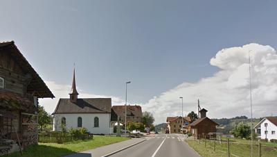 Das Gemeindepräsidium von Honau - im Bild die Kantonsstrasse mit der Kapelle St. Eligius - wird am 10. Juni neu besetzt. (Bild: Google Street View)