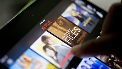 Ein Anwender streamtInhalte über die Netflix-App auf einem Tablet. (Bild: Getty)