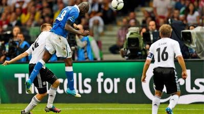 Mario Balotelli skort im EM-Halbfinal 2012 gegen Deutschland.(AP/Michael Sohn)