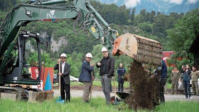 Die Regierungsräte Josef Hess und Christoph Amstad sowie Architekt Pascal Häller (von links) erhalten beim Spatenstich Unterstützung durch einen Bagger. (Bilder: Corinne Glanzmann (Kägiswil, 23. Mai 2018)