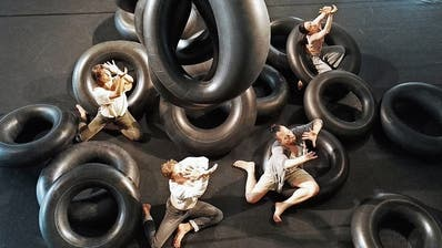 Das Panorama Dance Theater tanzt mit Lastwagenschläuchen