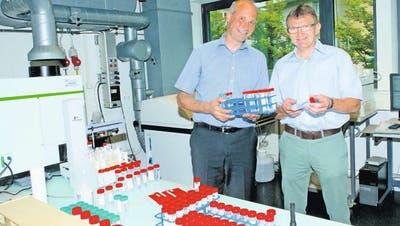 Betriebsleiter und Kantonschemiker Daniel Imhof (links) und Martin Grisiger, Stv. Kantonstierarzt, in einem Labor des Labors der Urkantone in Brunnen. (Bild: Erhard Gick / Bote der Urschweiz)