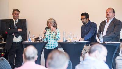 Podiumsdiskussion zu den Gemeinderatswahlen vom 10. Juni mit vier der fünf Kandidaten: Patrick Schnellmann CVP (von links), Moniquie Frey (Grüne), Brahim Aakti(SP) und Felix Müri(SVP). (Bild: Manuela Jans-Koch (Emmen, 24. Mai 2018 Emmen))