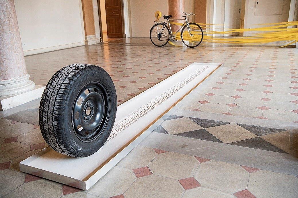 Fahrzeugspuren im Sand und im Raum. (Bild: Ralph Ribi)