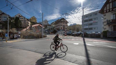 Eine Velofahrerin fährt auf dem Geissensteinring Richtung Neubad. (Bild: Pius Amrein, 8. März 2018)