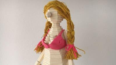 Das Modell der Burnina: Pinker Riesen-BH, die Handtasche mit der Arschkarte und Zöpfe wird sie tragen. (Bild: PD)