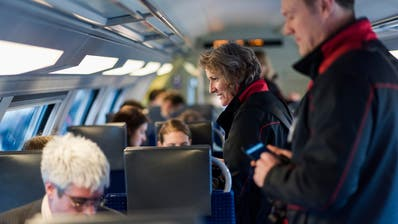 Noch sind bei Fernverkehr-Verbindungen der SBB Zugbegleiter grundsätzlich zu zweit unterwegs. (Bild: Keystone)
