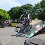 Louis Schnydrig überquert mit seinem Trial-Motorrad souverän eine Baumulde, die als Hindernis herhalten muss. (Bild: Sara Carracedo)