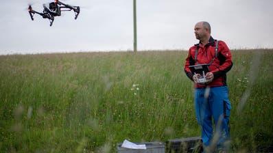 Pilot Ueli Sager fliegt die Drohne, die künftig den Jungtieren das Leben retten soll. (Bild: Keystone)