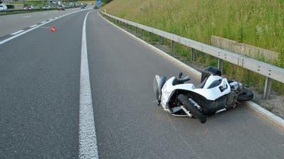 Der gestürzte Roller bei der Autobahnausfahrt in Buchrain. (Bild: Luzerner Polizei)