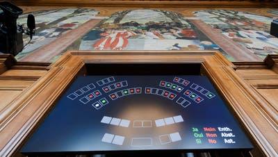 Unter der Leitung des Staenderatspraesidenten wird die neue elektronische Abstimmungsanlage getestet am Dienstag, 18. Februar 2014, im Staenderatssaal in Bern. (KEYSTONE/Lukas Lehmann)