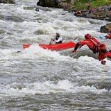 Das Rescue-Team fischte im letzten Jahr einige gekenterte Kanuten aus dem Wasser. Auch mit teils spektakulären Sprüngen in die Muota. (Bild: PD)