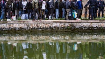 Polizei räumt grosses Migranten-Zeltlager in Paris