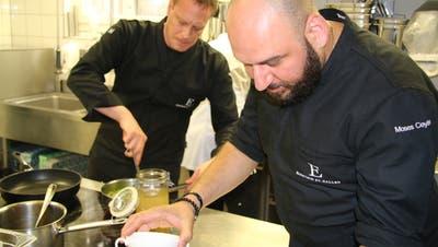 Die Spitzenköche Moses Ceylan (rechts) und Sebastian Zier kochten am Donnerstag in der Gassenküche. (Bilder: Marco Cappellari)