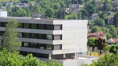 Am Samstag soll der neue Bettentrakt am Spital Wattwil eröffnet werden. Der Verwaltungsrat der Spitalverbunde des Kantons St.Gallen sieht für die stationäre Abteilung in Wattwil aber keine Zukunft. (Bild: Martin Knoepfel)
