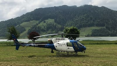 Der Polizeihelikopter aus Zürich steht im Einsatz bei der Suchaktion (Bild: Kapo Schwyz)