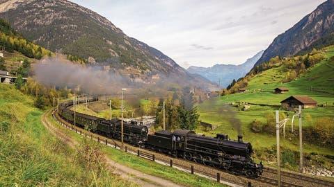 Die Doppeldampftraktion C 5/6 in voller Fahrt auf der Gotthardnordrampe bei Wassen Richtung Süden.   Bild: Justin Meckmann (21. Oktober 2017)
