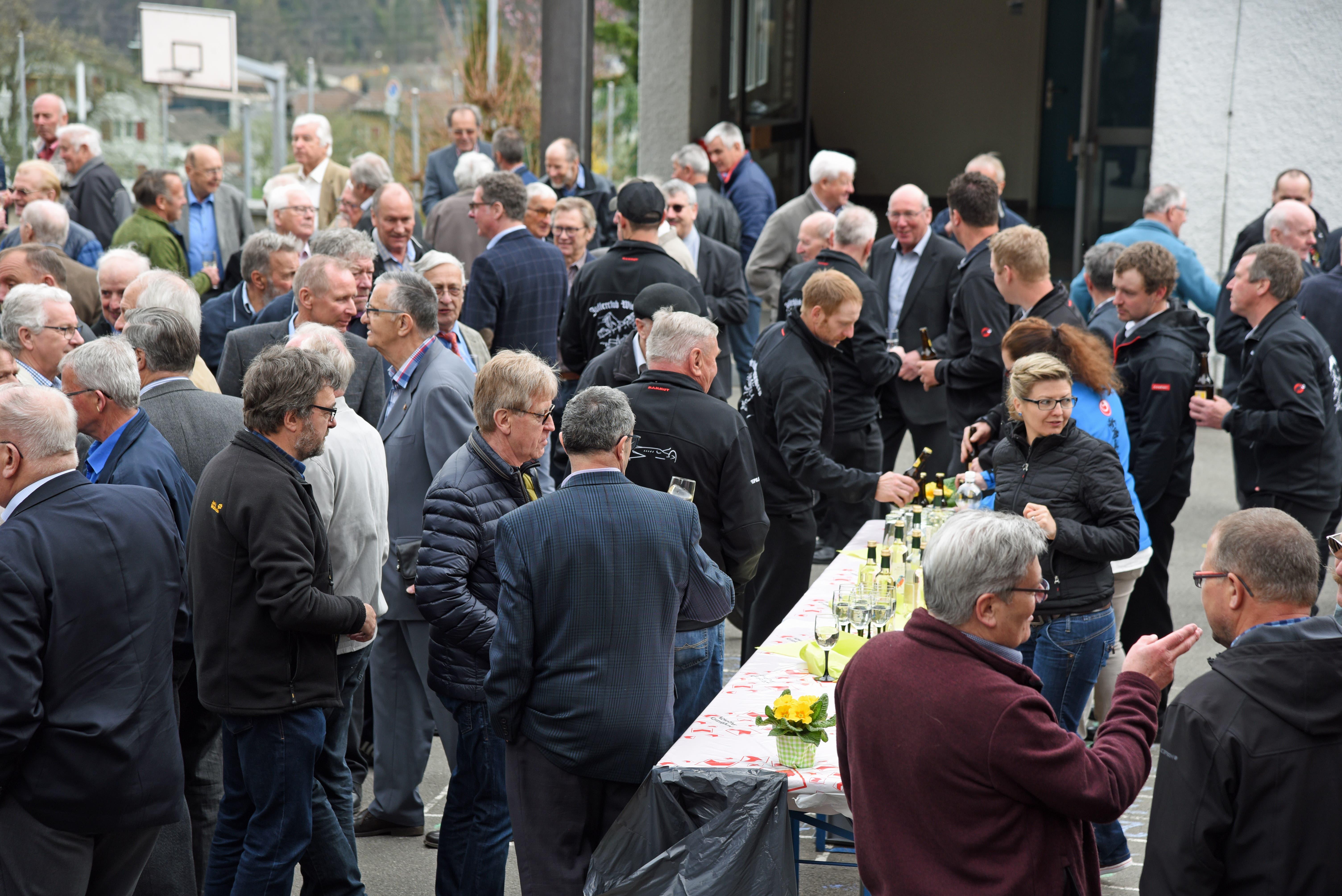 Ein Überblick: Rund 250 ehemalige Offiziere, Unteroffiziere und Soldaten sind zur 28. Tagung der Nidwaldner Militärvereinigung angetreten. (Bild: Robert Hess)